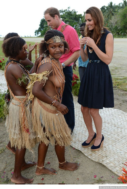 Kate-Middleton-and-Prince-WIlliam-are-welcomed-to-Marau-Solomon-Islands-0912 ¿SON OLVIDO HORMIGOS Y SU MARIDO SWINGERS?