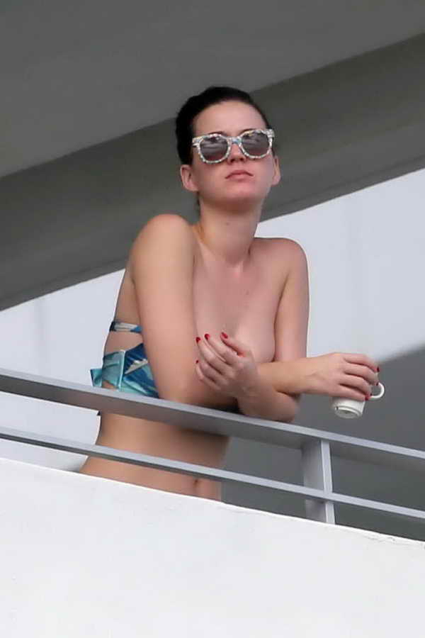 katy-perry-in-bikini-top-on-a-hotel-balcony-in-miami-5 LENCERÍA ÍNTIMA L'AGENT OTOÑO INVIERNO 2015
